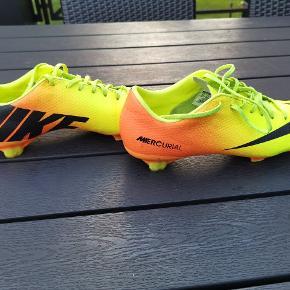 Super fine Nike Mercurial fodboldstøvler. Kun brugt ganske lidt, da de desværre er købt for små. Nypris : 999,- Sælges for 250, - afhentet eller + porto.