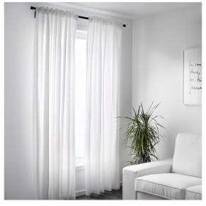 Sælger 3 sæt gardiner med 3 tilhørende gardinstænger. Har haft dem hængende i stuen i 6 måneder, fejler intet ☺️