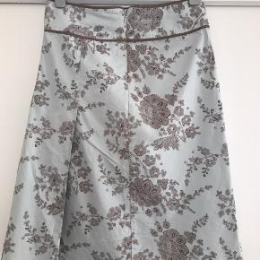 Sødeste nederdel kun brugt et par gange. Str 36 Lyseblå med brune blomster 🌸Ved køb for mindst 50 kr af dameitems må du i dag tage items med for op til 25 kr🌸 Ved køb af nederdelen må du tage alt af interesse med af make-up og hårprodukter med gratis