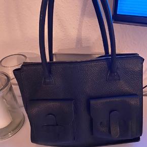 Decadent taske  Nypris 3200,-  Har meget få brugstegn og fremstår i god stand  Plads til computer