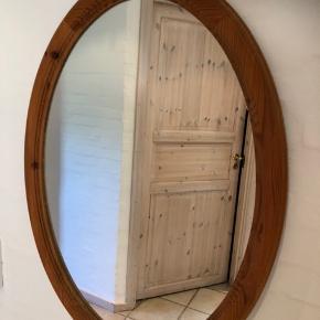 Det flotteste  store retro spejl i meget flot stand. Kan hænges på de to viste måder.  Mål 78x55cm Kan afhentes i Sønder Stenderup for blot 375,- kr.  Rent fund til pengene ☀️