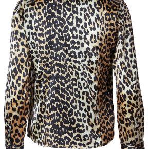    Ganni Dufort Silke Leopard Skjorte     - Aldrig brugt, kun prøvet  - Fremstår som helt ny! - Kvittering haves  - Kan passes af XS og S - 92% Silke, 8% Elastan - Nypris = 1.799,00