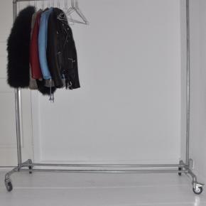 Tøjreol fra Ziito, 1,5 meter x 1,7 meter. Nyprisen er 1300, og mindste prisen er 500. Der er ingen brugsspor på tøjreolen, og den fremstår derfor som ny.