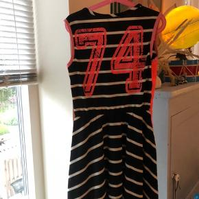 Lækker stribet kjole købt i børnetøjsbutik sælges i pæn ren og i orden stand fra ikke ryger hjem .