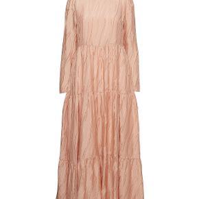 Smukkeste Stine Goya Judy dress I silke  Kjolen er aldrig brugt og er stadig med prismærke på  Skriv endelig ved spørgsmål  Se også mine andre annoncer :)