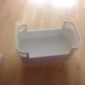 Jeg har også lilla, small StuffIt sengetøj, kan sende billeder af dette også, og det fine hjemmestrikkede senge tæppe.  Dukkeseng Farve: Hvid Oprindelig købspris: 699 kr.