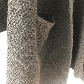 Super lækker lang mørkegrå cardigan. Brugt, men stadigvæk meget fin stand 🌟