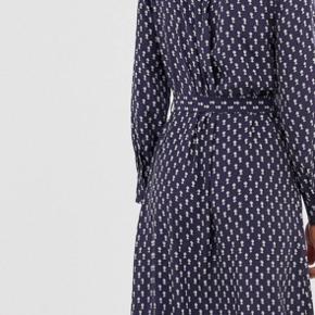Super smuk kjole. Den er brugt en enkel gang, og standen er derfor sat som ny. Kvitteringen haves stadig. Nypris er 800 kr, så jeg ønsker ikke at sælge den for billigt da den er helt ny, og stadig er i butikkerne.  Handler via MP og sender med DAO 😊 Er åben for bud, men gerne omkring mp på 650