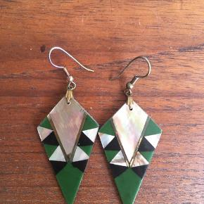 Smykke vintage øreringe i grøn farve med mønster. Aldrig været brugt.
