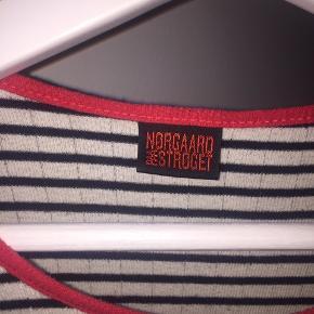 Sælger denne Mads Nørgaard trøje. Den er næsten ikke brugt og ikke nogen tegn på slidt eller lignende. Byd gerne😊