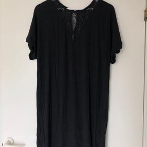 Super flot kjole med blondedetaljer fra Vila 🖤 Brugt en del - fejler intet ✨ De to første billeder er af kjolens forside, de to sidste er kjolens bagside 🤍