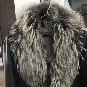 Sælger denne flotte pelskrave i sølvræv. Jeg har købt den i Charlottenlund og prisen forny er 2995kr.  Kom gerne med et bud. Eller så vil jeg gerne bytte mod et tørklæde a la  Lala Berlin .
