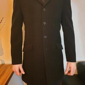Elegant skræddersyet sort frakke i ren cashmere uld  Inkl hvidt halstørklæde