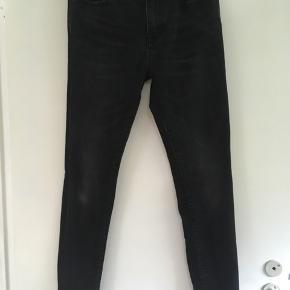 Smarte sorte jeans str. 30/32 fra Superdry sælges. Har også et par i grå til salg, samt shorts fra Weekday☀️  #Secondchancesummer  Tags: SUPERDRY  Sort Jeans Str. 30/32 Str. 30