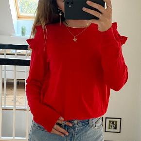 Virkelig cute trøje med detaljer på skuldrene Har desværre aldrig fået den brugt, så er helt ny! BYD