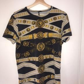 Sælger denne versace trøje for min kæreste størrelsen er en XL men svare til en M  Facts; Han er 184 cm, normal slank bygning   Prisen er ikke fast, i er derfor velkommen til at byde.   Husker ikke før pris
