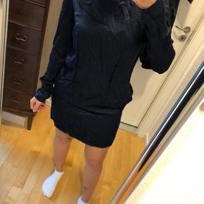 Helt ny mørkeblå kjole