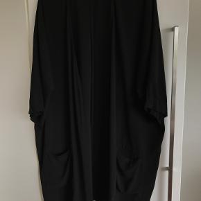 Sort kimono fra Gestuz - med 2 lommer str. m/l længde ca. 93 cm  98 polyester - 2 % elastan