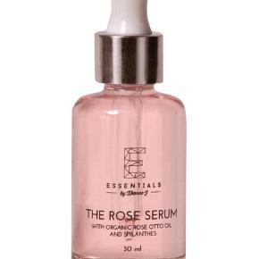 Brand: Essentials by Dianne J Varetype: The Rose Serum Størrelse: 30ml Farve: Rosa Oprindelig købspris: 600 kr. Prisen angivet er inklusiv forsendelse.