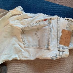 Vintage levis jeans. Man kan ikke se w og L i dem, men jeg bruger normalt str 26-27/30 og der passer de.