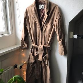 "Varm frakke i ""wool & mohair"" Revnet og syet sammen bagpå. (Se billede) deraf pris"