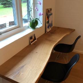 Skrivebord, Egetræ D:60 L: 220 Emmanordic skrivebord i kraftig dansk egeplank, og tigsvejsede pulverlarkerede stålben. Bordplade er skåret ud fra et stykke plank, herefter tørret, forarbejdet og behandlet med transparent naturolie. Bemærk En eksklusiv massiv planke. Priser fra 2500,- Kontakt os på telefon 42248920 for info vedr. Fremvisning mv. ( bordet som er vist i annoncen kan erhverves for 7500,- )  Referance fra tidligere salg:  https://www.lauritz.com/da/auktion/emma-nordic-wood-design-spisebord-i-hvidolieret-egeplank/i4877750/?auctionId=4973312