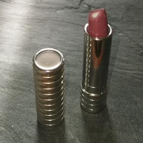 Dramatically Different Lipstick giver mere end bare farve. 3D-perlemorskernen skulpterer og konturerer øjeblikkeligt og får straks læberne til at synes glattere. Over tid forbedres læbernes definition.  Nypris: 195,-