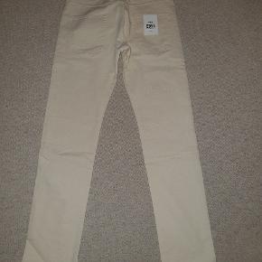 Bukserne er lys sand, men kunne ikke vælge farven. Størrelsen er W32 og L32, men kunne ikke vælge. Helt nye med tags