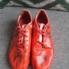 Næsten som nye fede Adidas fodboldstøvler.   Kig endelig forbi mine andre annoncer.   Kan hentes på Amager eller sendes mod betaling