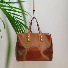 Louis Vuitton vernis handbag♥️ Nypris 5400kr sælges ikke længere 🌺 Diverse brugsmærker samt den ene rem er gået lidt op ❣️ Mål 20×30🌺