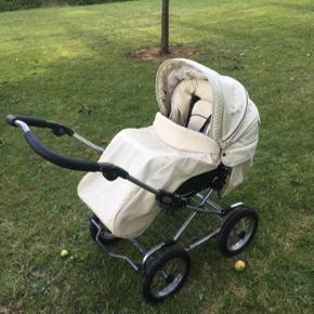 Emalljunga barne og klap vogn 👶 Jeg tror at det hedder combi..      Hvid læder..  Aftagelige dæk..  byd ..