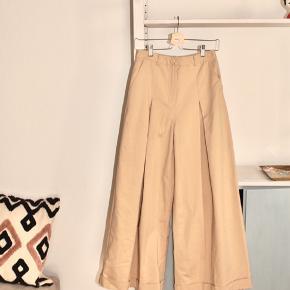 Super fine oversized bukser fra Designers Remix.  Længde: 103 cm Længde fra skrid: 71 cm  Kan sendes eller afhentes på Christianshavn✨