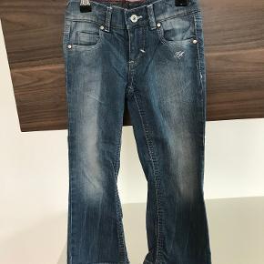 Tommy Hilfiger jeans str. 3 år/98 Kan justeres i livet Pæn stand  Prisen er excl. porto Bemærk, mine priser er faste. Handler gerne mobilepay på 26810990