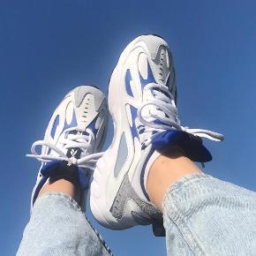 Sælger mine Reebok sneakers. De er kun brugt en enkelt gang, som er min konfirmationsdag. Er i en størrelse 36,5 Sælges for 500kr ekskl fragt med Dao
