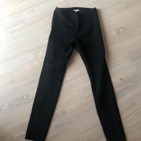 Fineste Helmut Lang leggings sælges. Brugt kontinuerligt, hvorfor de er blevet en anelse nusset i stoffet (særligt mellem ben - se sidste billede). Bemærkes ej ved brug.