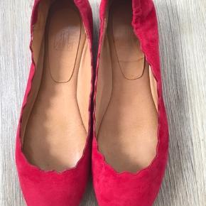 Komfortable og smukke røde ruskindsballerinaer fra Billi Bi, brugt 2 gange. Fremstår helt som nye uden ridser eller pletter.