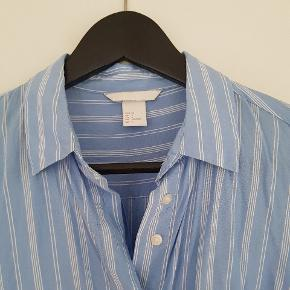 Super fin stribet skjorte fra H&M i str. 34. Brugt et par gange og vasket, men er desværre for kort i ærmerne til mig.