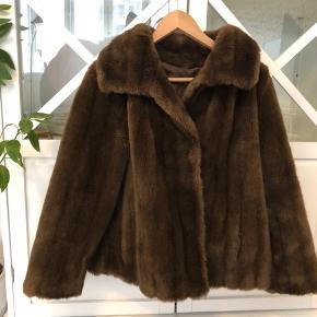 Virkelig smuk fake fur jakke 🌻 Den er i rigtig god stand og fremstår næsten som ny ☺️ Der står str 42 i, men jeg ville sige den er medium. Den passer både small og medium alt efter ønsket fit 💓