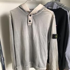 Stone Island hoodie til salg SS 2014 Str: L i label men passer mere som M Condition: 8/10 (ingen huller/flaws)  MP: 700 BIN: 900 HH: 800  Kan meetup i Aalborg eller kan sende den med DAO/GLS.
