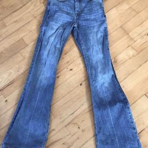 Bukser med svaj og høj talje. Brugt og vasket 1 gang. Størrelse 27/32. I butikkerne nu.