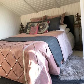 Speciel syet sengetæppe, med matchende puder, så der findes kun 1 af slagsen. Sengetæppet er kun brugt et par gange, ellers har den været pakket væk. Det er kun det rosa sengetæppe der sælges, og puderne der passer til, de andre puder og andet tilbehør på billedet, medfølger ikke. Nypris: 3400kr.  NB: Der er et par af stenene der er faldet af tæppet, men det kan man sagtens selv fikse igen, med en klat lim, hvis man ønsker det. Den er ikke beregnet til at folde sammen, så og derfor røg der desværre et par sten, fordi jeg kom til at folde den. Sælges derfor billigt. Priside: 1500kr. Smid et bud ☺️🌸