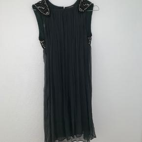 Fin kjole fra det franske mærke Dino E Lucia. Kjolen er fra en gammel kollektion (2015). Ny pris var 1.300kr. Alle perlerne sidder stadig på. Skriv for flere billeder eller hvis du har et bud.
