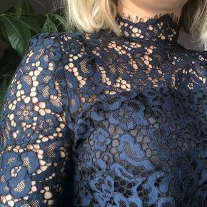 Den fineste blonde bluse. Brugt en gang. Den mangler en knap i nakken, derfor den lave pris.