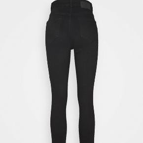 Mega fede højtaljede Pieces Jeans.  Modellen hedder  Pieces pckamelia skin hw ankle bl641