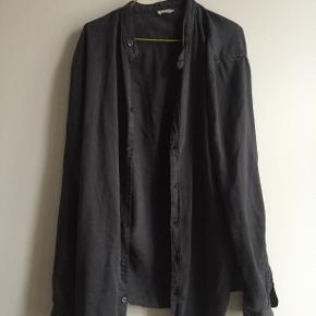 Filippa K. Skjorte L. Mørk Grå Ingen tegn på slid.   Den er i god kvalitet, og ikke blitt særlig brukt.   Slim Fit.  Den har været købt for omkring 1200 kroner.   Kan afhentes ved Nørreport. Ta kontakt om du er interessert.
