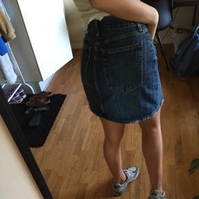 Sælger denne super søde nederdel fra Levi's i en 27. Nærmest ikke brugt. Byd :)
