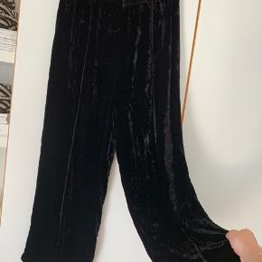 Sælger disse sorte velour bukser fra Ganni. Det er en størrelse XL