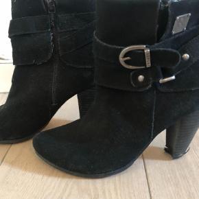 Dem ene støvle trænger til en ny hæl  Kom med et bud og se også mine andre annoncer for andre støvler og gode tilbud  Støvler Farve: Sort Oprindelig købspris: 1200 kr.