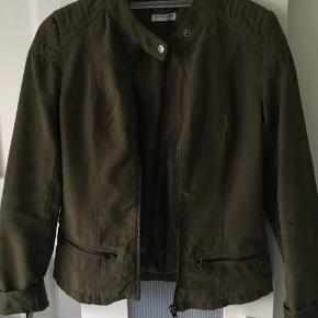 Smuk jakke i 'falsk ruskind' , meget pæn stand. Mindstepris 85 pp. Bytter ikke.