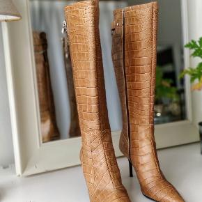 Sælger disse smukke støvler fra Karen Millen, da jeg lige har fået en parkeringsbøde. Læder/skind hele vejen igennem. Kun prøvet på herhjemme. Perfekt stand!